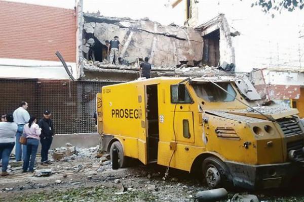 Robo. Así quedó el camión asaltado luego de la persecución. Los delincuentes estaban fuertemente armados.